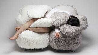 Korejská designérka navrhla obří pohovku, která vás obejme, kdykoliv to budete potřebovat