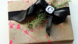 Ponožky ve svačinovém sáčku a dárky na stropě. Známe ty nejúžasnější tipy na balení dárků