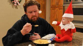Čtyřměsíční Santa balí záchod do papíru a cpe sušenky do televize. Podívejte se, jak ho s fotoaparátem přistihl tatínek