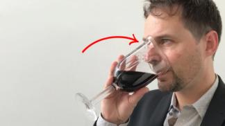Designová sklenice umožní pít a cítit víno zároveň