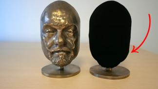 """Vědci vyvinuli nejčernější černou na světě, která 3D objekty """"mění"""" na 2D"""
