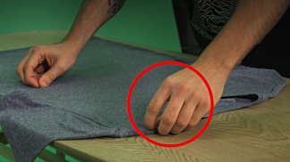Jak složit tričko ve 2 vteřinách (a vypadat u toho jako čaroděj)