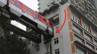 V Číně postavili panelák, kterým prochází železnice. O sladké sny ale obyvatelé připraveni nejsou