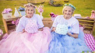 Jednovaječná dvojčata oslavila 100. narozeniny nejroztomilejší fotosérií