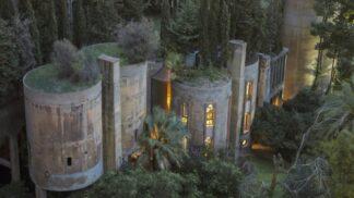 Architekt proměnil bývalou cementárnu ve svůj domov. Nebo spíš dechberoucí palác
