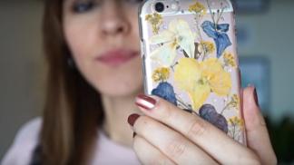 Tip pro všechny stylaře: Vyrobte si okouzlující kryt na mobil z vylisovaných květů!