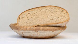 Okoralý chléb do koše nepatří! 18 geniálních tipů na jeho využití, které vám ušetří stovky korun ročně