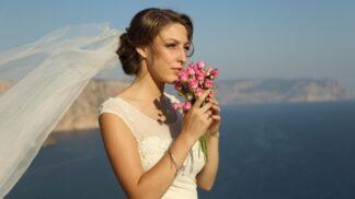 13 svatebních účesů ke 13 různým výstřihům. Buďte nevěstou, z níž nikdo nespustí oči
