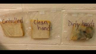 Tahle učitelka vám dá pořádnou lekci v mytí rukou