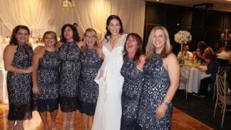 Tyhle ženy oblékly na svatbu stejné šaty. A ne, nebyly to družičky