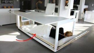Jde na vás v práci spánek? Stačí zaplout pod stůl, vzkazuje řecká designérka
