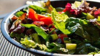 3 rychlé dresinky z pár surovin, které ze salátu udělají skutečný skvost