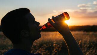 90 % mladých Čechů pije pravidelně, vedle piva a vína mají voblibě i rum a hořkobylinné likéry