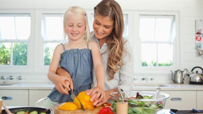 Děti v kuchyni: Jak z nich udělat plnohodnotné pomocníky?