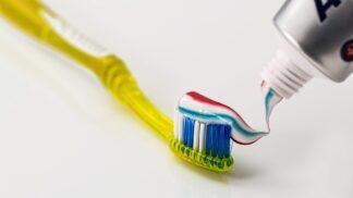 Zubní pasta místo drahých krémů? Zbaví nos černých teček a urychlí hojení oparu