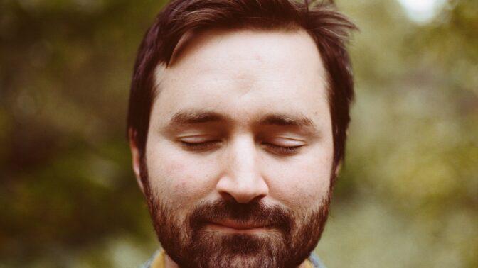 Folková srdce zaplesají: Nejlepší britský písničkář Tom Rosenthal míří do Prahy