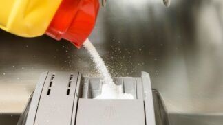 Test prášků a gelů do myčky: Poradí si se skvrnami od čaje a vaječným žloutkem?