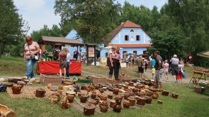 Na Veselém Kopci bude živo: Hrnčířská sobota oživí skanzen, vyzkoušet si výrobu keramiky mohou i vaše děti