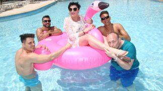 Soustředění Muž roku 2019: Dáda Patrasová dováděla s růžovým plameňákem v bazénu
