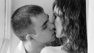 Vědci zjistili, proč při líbání zavíráme oči. Důvod je nečekaný
