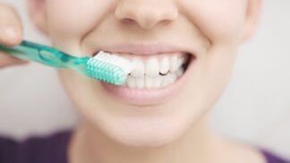 Hrozí vám paradentóza? Tahle nemoc vás může připravit o zuby! Bojovat s ní je přitom snadné.