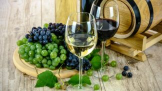 Víno Čechům chutná, ročně vypijeme 17 litrů na hlavu. Servírovat ho ale neumíme!