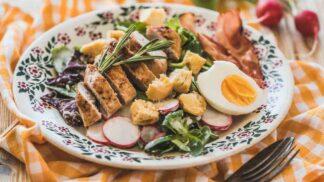 Jarní menu pro každý den: Hráškový krém, rizoto s červenou řepou nebo salát s kuřecím masem
