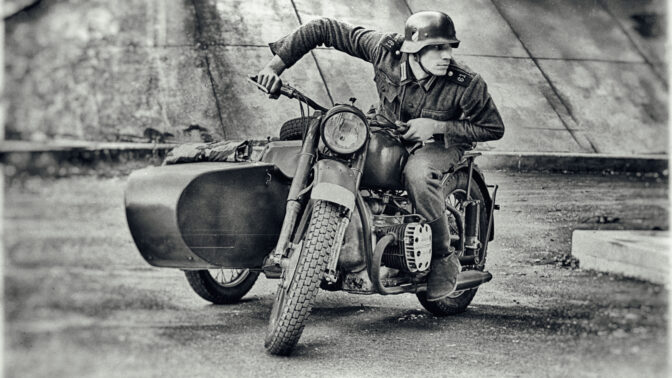 Lubomír Seman: Točí klipy, hraje v seriálech pro BBC, fotí se nahý a prohání se na válečné motorce Ural