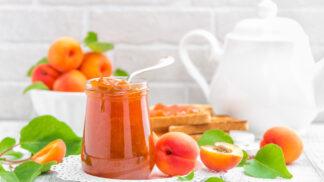 Zavařovací sezona v plném proudu: Džemy a marmelády z meruněk a broskví pětkrát jinak