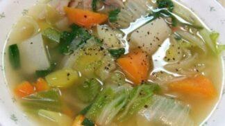Domácí bujón z letní zeleniny: Česnek přidávejte před koncem, rajčaty nešetřete, libeček vše provoní