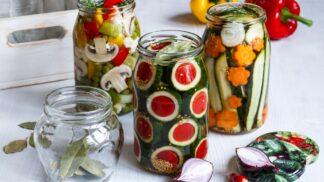 Naložte a zavařte: Jak zpracovat přebytek cuket do čalamády a naložit pikantní křupavé okurky # Thumbnail