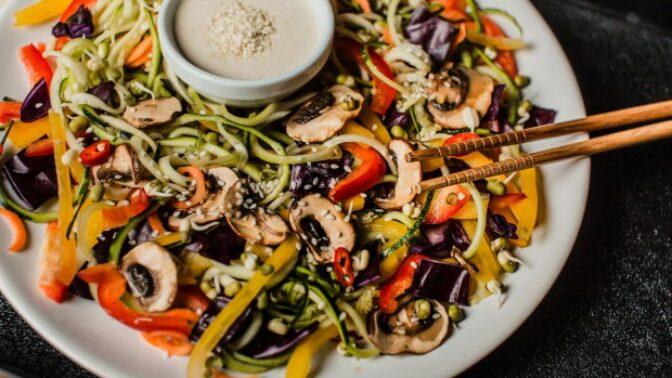 Očima odborníka: Proč je raw strava opravdu zdravá, pro koho je vhodná a co vše si můžete dopřát