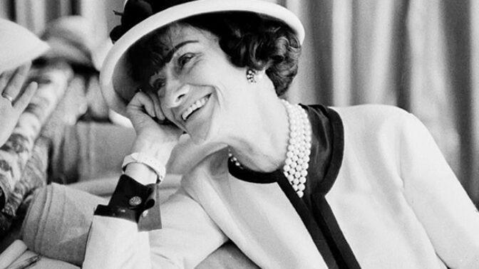 Módní návrhářka Coco Chanel by oslavila 136. narozeniny: Šít se naučila od jeptišek, milovala černou barvu