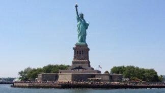 135 let od položení základního kamene sochy Svobody: Co má společného s Eiffelovou věží a jaké tajemství skrývá její podstavec?