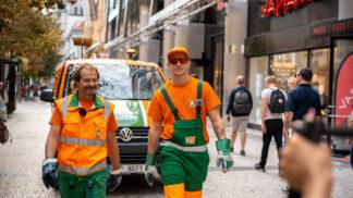Jakub Štáfek už potřetí oblékl oranžový mundúr. S kolegou Standou vysypával koše v rušné ulici Na Příkopě # Thumbnail