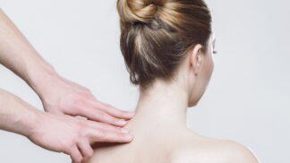 Bolí vás záda jako čert? První pomocí je okamžité zahřátí, říká fyzioterapeutka # Thumbnail