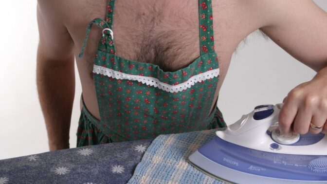Doba se mění: Ve škole učí chlapce žehlit, šít i vařit