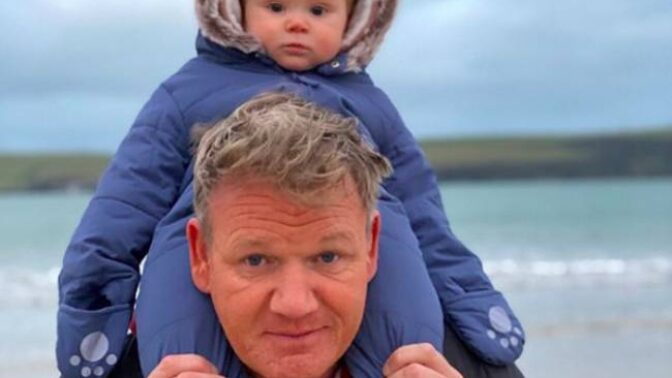 Jako by mu z oka vypadl. Nejmladší syn Gordona Ramsayho na fotkách vypadá přesně jako slavný kuchař