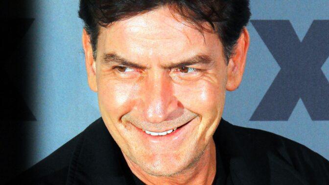 Potížista Charlie Sheen slaví 55: Zničily ho drogy, omylem postřelil manželku Travolty
