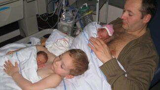 Dojemné vzpomínky. Tátovi u bondingu s předčasně narozenými dvojčaty pomáhal i jejich starší bráška