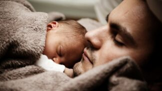 Děti, které spí v ložnici se svými rodiči, mají šťastnější a méně konfliktní život