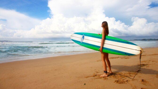 Francie, příští zastávka Bali. Jaké vzpomínky si odvezla jedna z účastnic prvního surfařského zájezdu pro ty, co jsou single?