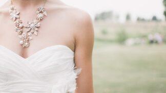 Svatební šaty v roce 2020: Dominuje krajka a velké výstřihy