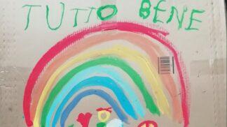Italské děti malují duhy s povzbudivými nápisy před koronavirem. Všechno bude v pořádku, vzkazují