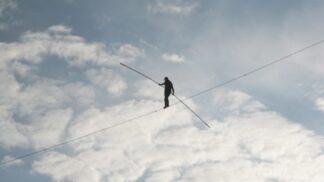 Neuvěřitelná podívaná. Akrobat Nik Wallenda přešel po laně přes žhavou sopku