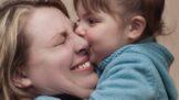 Objetí a dotyky přinášejí blahodárné účinky. Děti díky nim mají vyvinutější mozky, zjistila studie