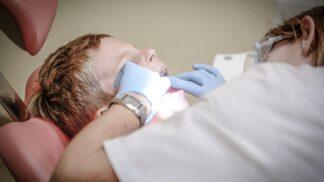 Dětský strach z návštěvy zubní ordinace zná mnoho rodičů: Co na něj pomůže?