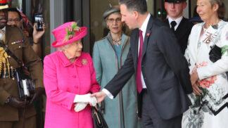 Thumbnail # Co nosí královna Alžběta II. ve své kabelce? Jedna věc vás určitě překvapí