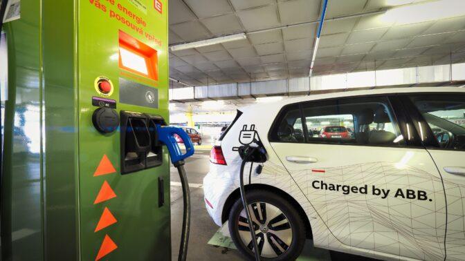 Vstříc elektromobilitě. V Česku už funguje 200 dobíjecích stanic pro vozidla na elektřinu