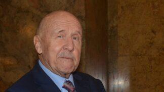 Petr Nárožný slaví 82. narozeniny: Začínal jako bavič na koncertech Rangers, rád vzpomíná na natáčení Hospody